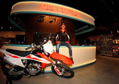 Iker-Larranaga-Tienda-con-moto-MoremotoRacing-03