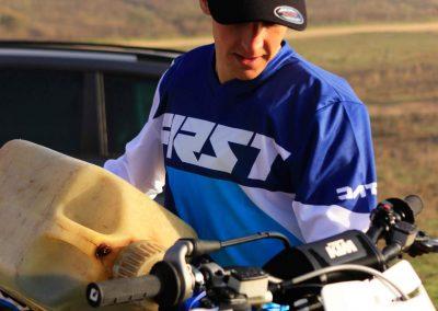 Iker llena el depósito de su KTM