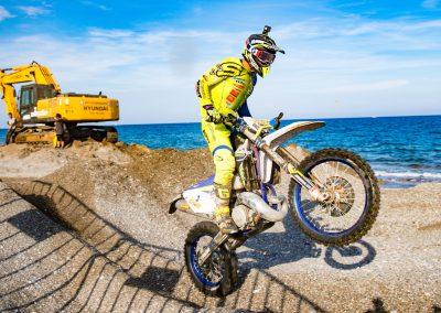 Mario Román levantando rueda en la Beach Race