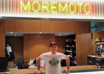 Mario Román posando junto al luminoso de Moremoto