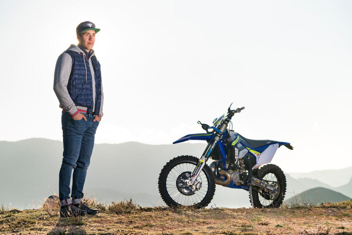 Mario Román junto a la moto
