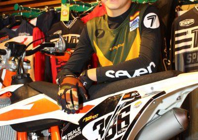 Elías Escandell posa con su moto