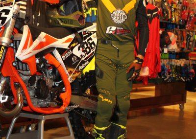 Elías Escandell junto a su moto