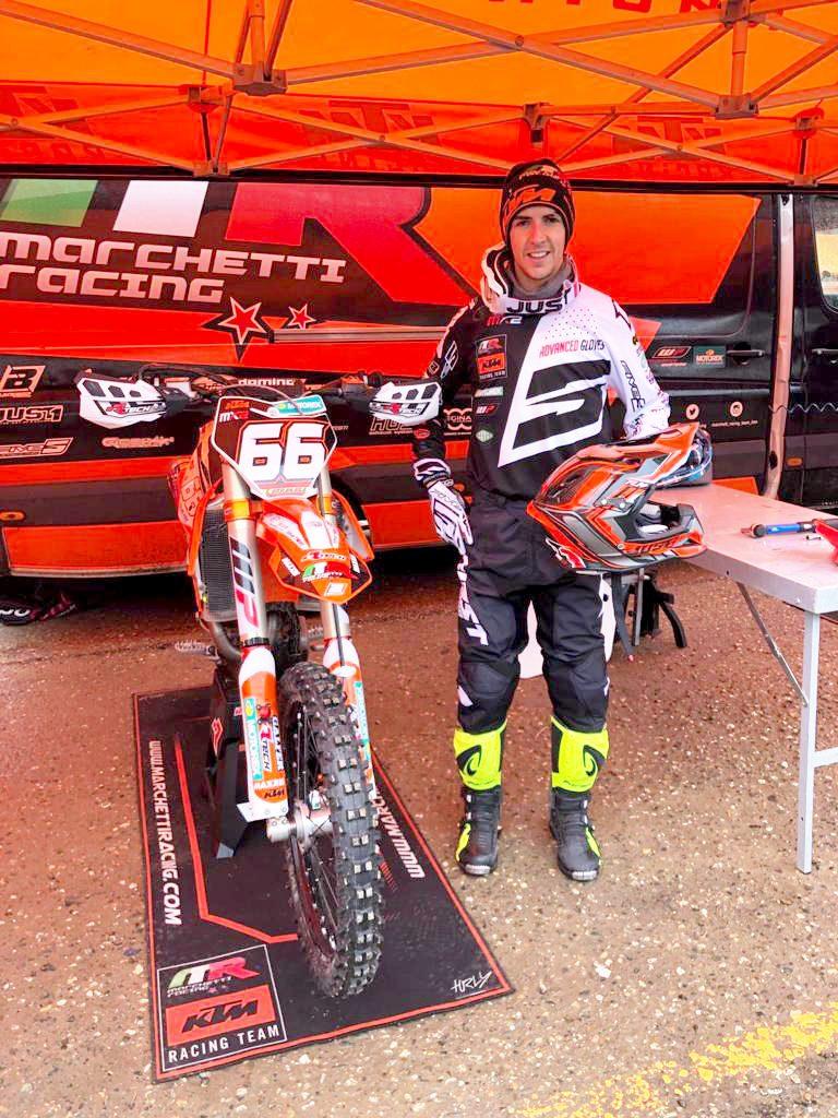Iker Larrañaga posa junto a su KTM