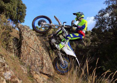 Mario Román a punto de subir una enorme roca
