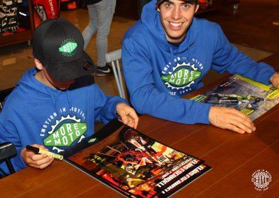 Elías y Mario durante la firma de pósters