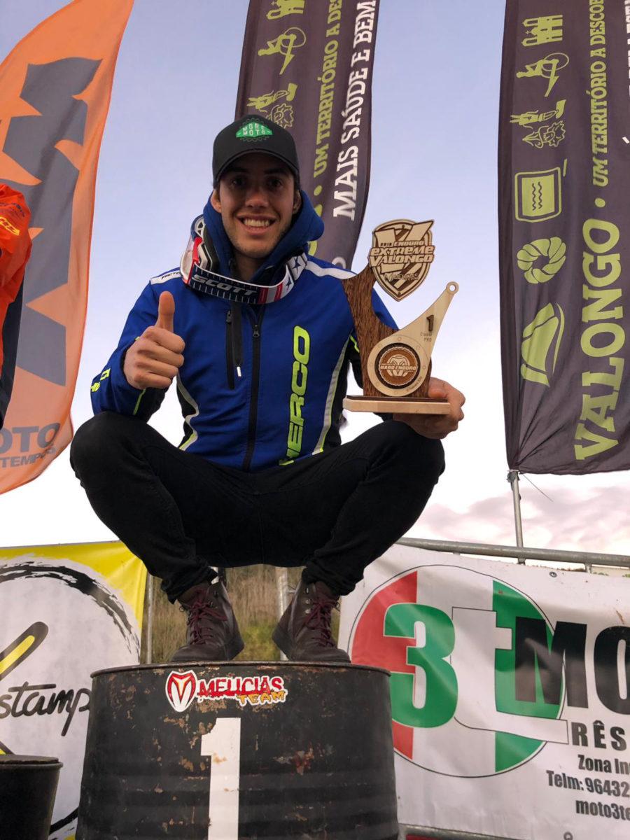 Mario Román posa con su trofeo en  Valongo