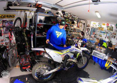 Mario Román instalando el asiento a su moto