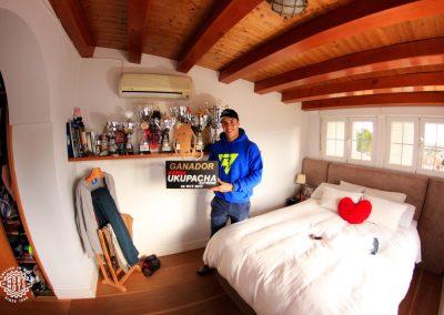 Mario posa con el cartel de vencedor de Ukupacha