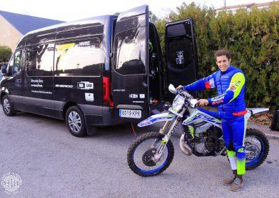 Mario Román posa con la moto y la furgoneta