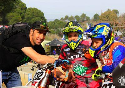 Unai posa junto al campeón del Dakar Nani Roma y Edgar Canet