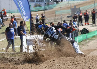 Oriol Oliver pasando por meta en primera posición en Malpartida